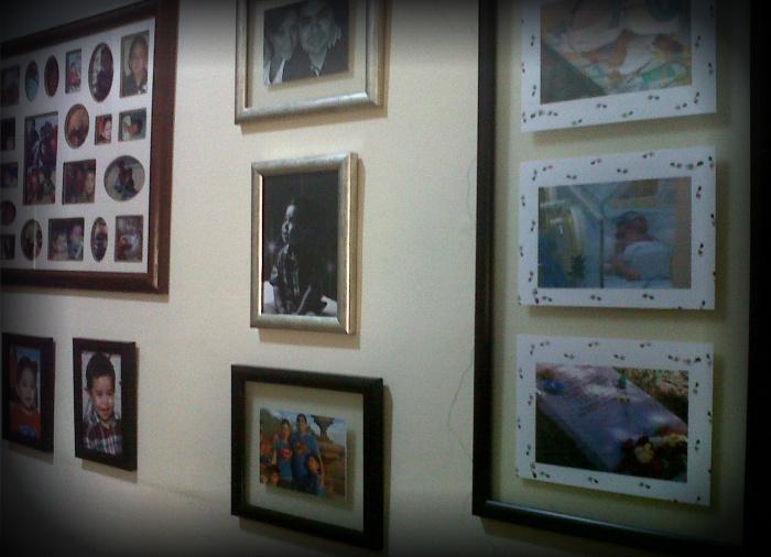 su foto en la pared